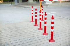 Cone do tráfego, com as listras brancas e vermelhas na estrada concreta cinzenta fotos de stock royalty free