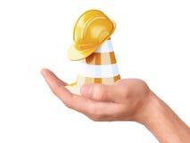 Cone do tráfego da posse da mão Sob o conceito da construção Imagem de Stock
