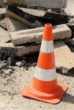 Cone do tráfego no meio do asfalto da estrada Imagens de Stock Royalty Free