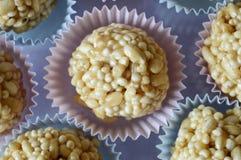 Cone dos doces do caramelo no queque colorido fotos de stock royalty free