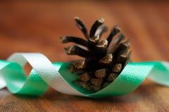 Cone e fita de abeto para o Natal Fotografia de Stock