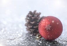 Cone e floco de neve do pinho da decoração do Natal no bokeh Fotografia de Stock Royalty Free