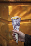 Cone feito do papel de parede enchido com as castanhas Foto de Stock