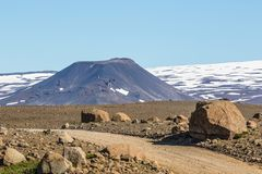 Cone vulcânico parasítico no flanco de um protetor islandês Volc foto de stock royalty free
