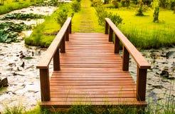 Conectado por un puente de madera Fotos de archivo libres de regalías