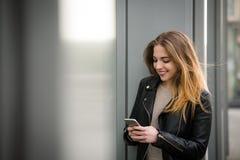 Conectado siempre - mujer en el teléfono Fotos de archivo