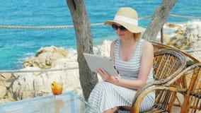 Conectado siempre Obschaetsya turístico de la mujer con los amigos vía el vínculo video de la tableta metrajes
