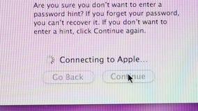Conectar aos Apple Computer assina dentro video estoque