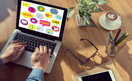 Conectar e compartilhar do uso social dos povos dos meios conectam foto de stock