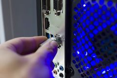 conecte ao cabo do Internet da rede informática cabo do router Wi-Fi fotografia de stock