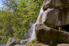 Conecte a cachoeira no parque dendrological em Uman imagem de stock