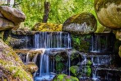 Conecte a cachoeira no parque dendrological em Uman foto de stock