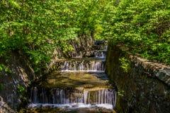 Conecte a cachoeira no parque dendrological em Uman fotos de stock royalty free