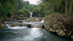 Conecte a cachoeira no rio na vila do turismo de Ketenger video estoque