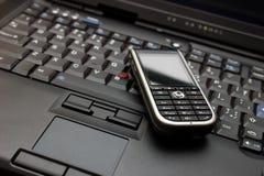 Conecte. Computadora portátil y smartphone Fotografía de archivo