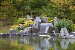 Conecte en cascada la cascada en el jardín japonés, Hasselt, Bélgica Fotografía de archivo libre de regalías