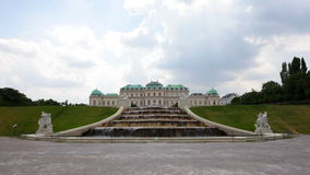 Conecte en cascada la fuente en el complejo del belvedere en día nublado almacen de metraje de vídeo