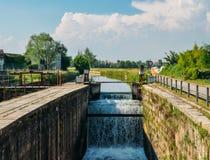 Conecte en cascada en una cerradura en el Naviglio Pavese, un canal que conecte la ciudad de Milán con Pavía, Italia Foto de archivo libre de regalías