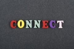 CONECTE la palabra en el fondo negro del tablero compuesto de letras de madera del ABC del bloque colorido del alfabeto, copie el Imagen de archivo libre de regalías