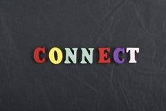 CONECTE la palabra en el fondo negro del tablero compuesto de letras de madera del ABC del bloque colorido del alfabeto, copie el Fotografía de archivo libre de regalías