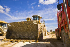 Conecte a tierra el camión del motor y de los explosivos en una planta Inglaterra del cemento fotografía de archivo libre de regalías
