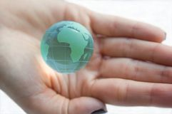 Conecte a tierra el globo (opinión de África) en manos femeninas. Fotografía de archivo