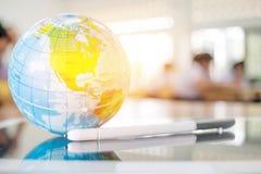 Conecte a tierra el modelo del globo, mapas de América en la bola global puesta en ingenio de la tableta Fotos de archivo