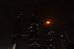 Conecte a tierra la luz del â de la hora apagado en la torre gemela de Petronas fotografía de archivo