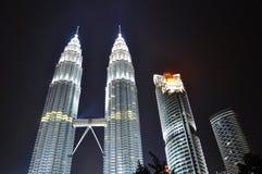 Conecte a tierra la luz del â de la hora encendido en la torre gemela de Petronas Imagen de archivo