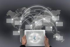 Conectividad global y tableta Imágenes de archivo libres de regalías