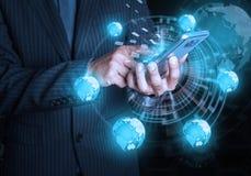 Conectividade c do social e do Internet do telefone celular da posse do homem de negócios imagens de stock royalty free