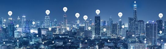 conectividade da tecnologia 5G no fundo de uma comunicação do mundo da cidade imagens de stock