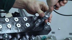 Conector da asseguração do operário ao equipamento industrial video estoque