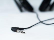Conector de auriculares en el fondo blanco Fotos de archivo libres de regalías