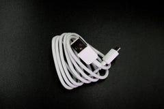 Conector de cable micro-USB al USB en fondo negro imágenes de archivo libres de regalías