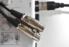 Conector XLR dos (varón) sobre mezclador de sonidos Imagen de archivo