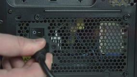 Conector y un botón para apagar la fuente de alimentación al cierre del ordenador para arriba almacen de metraje de vídeo