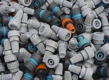 Conectores da mangueira de jardim e bocais de pulverizador velhos e empoeirados imagem de stock