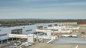 Conectores de ponte do avião no terminal norte do ` s de Londres Gatwick, patrocinado por HSBC fotos de stock royalty free