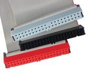 Conectores del IDE y cables de cinta para el disco duro del ordenador HDD de la PC, rojo, gris, negro, primer macro detallado gra Imágenes de archivo libres de regalías