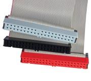 Conectores del IDE y cables de cinta para el disco duro en el ordenador de la PC, aislados, rojo, gris, negro, primer macro, deta Fotografía de archivo