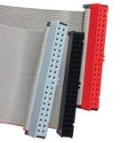 Conectores do IDE e cabos de fita para o disco rígido de HDD em computadores do PC, isolados, vermelho, cinza, close up macro pre foto de stock