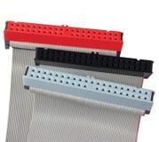Conectores do IDE e cabos de fita para o disco rígido do computador do PC, isolados, vermelho, cinza, preto, grande close up macr fotografia de stock