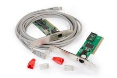 Conectores do twisted pair e tampões protetores, cabo de remendo, placas de rede foto de stock