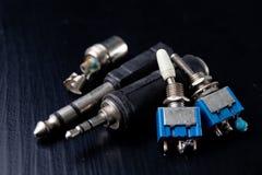 Conectores eletrônicos velhos usados para o áudio Acessórios para a eletrônica do mecânico foto de stock royalty free