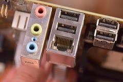 Conectores empoeirados traseiros do painel de um cartão-matriz velho do computador imagem de stock