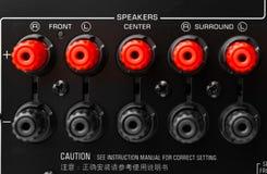 Conectores rojos y negros del altavoz del receptor AV Fotografía de archivo
