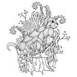 Conejito blanco y negro, tocón de árbol, madera, flores, árboles, cuento de hadas Fotos de archivo