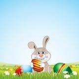 Conejito con los huevos de Pascua en paisaje escénico Fotos de archivo