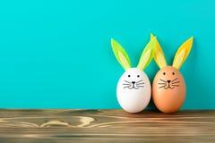 Conejito de dos pascua hecho de los huevos en la hierba Imagen de archivo libre de regalías